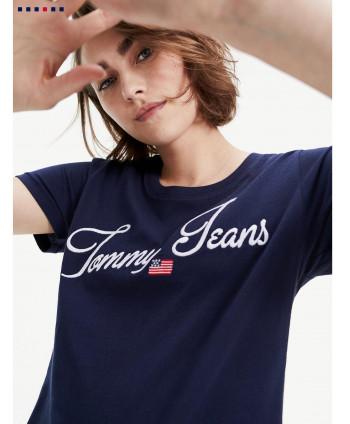 Camiseta con logo en fuente...